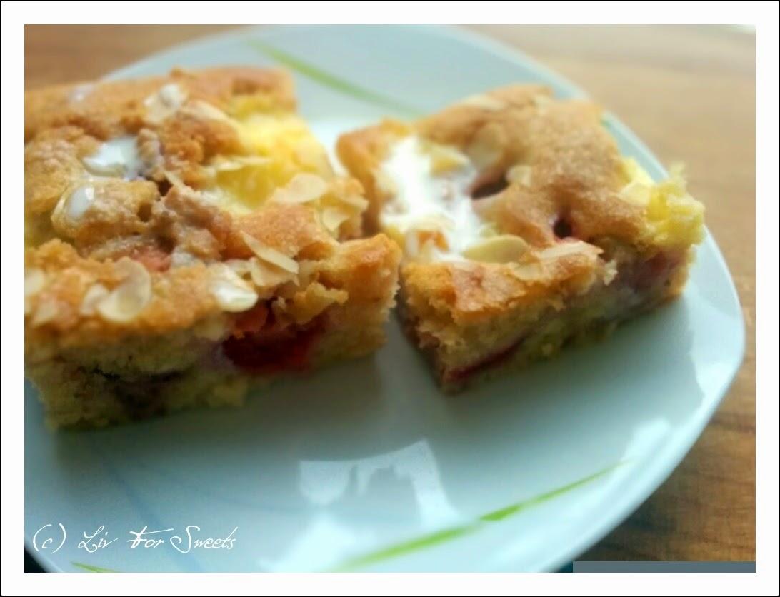 Butterkuchen mit Erdbeeren und Flecken aus Vanillepudding bestreut mit Mandeln nach einem Rezept aus der Lecker Bakery