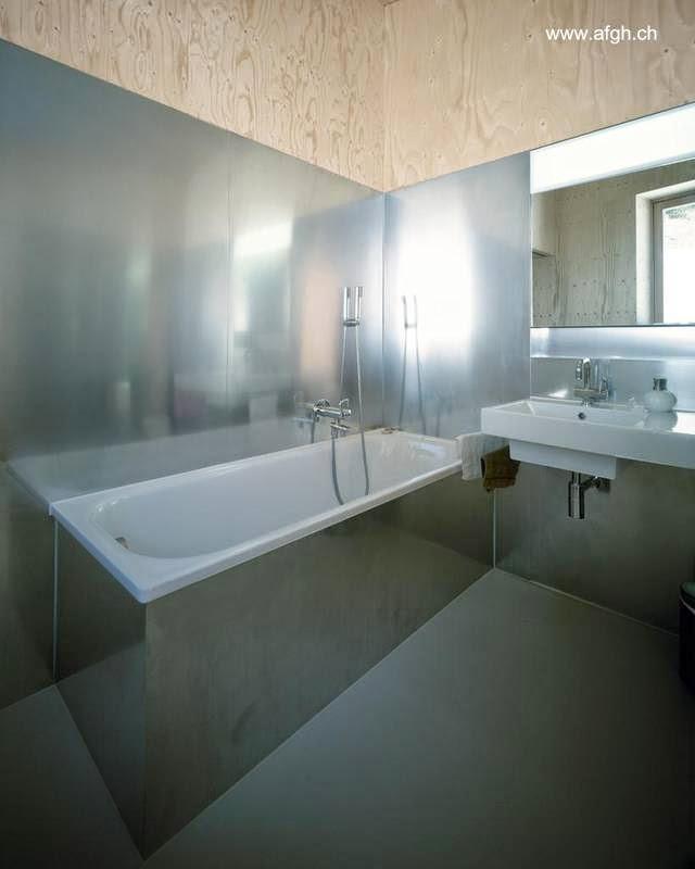 Cuarto de baño con bañera y cubierta de acero inoxidable