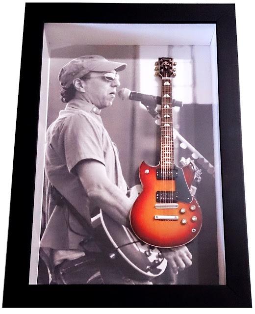 mini guitarra Zeca Baleiro