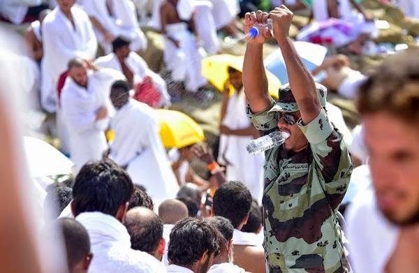 جندي سعودي مكلف بتأمين الحجاج قام برش رؤوس الحجاج بالمياه فحصل له  أمر غريب
