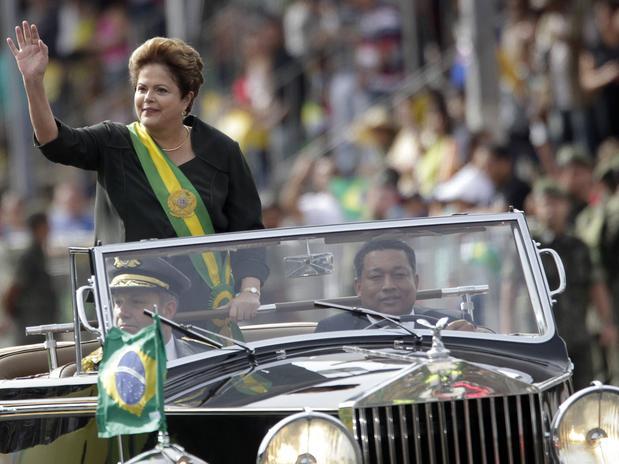 Desvejam Dilma-desfila-carro-aberto-rtr-1