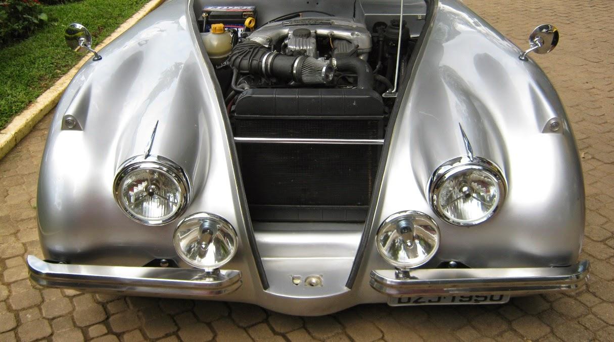 O motor do Chevrolet Ômega acomodado logo atrás da barra que ajuda no travamento da carroceria.