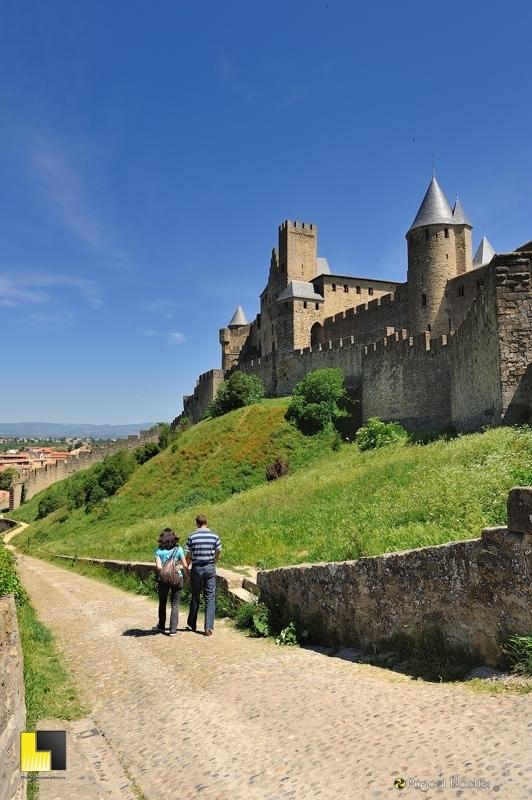 Départ de la cité médiévale de Carcassonne par la porte de l'Aude photo pascal blachier