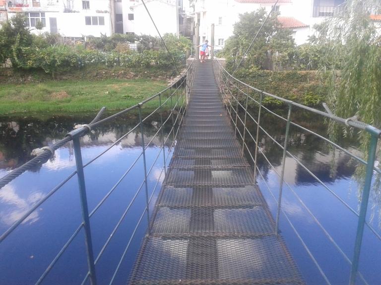 Ponte Pedonal de ferro sobre o Rio Alva