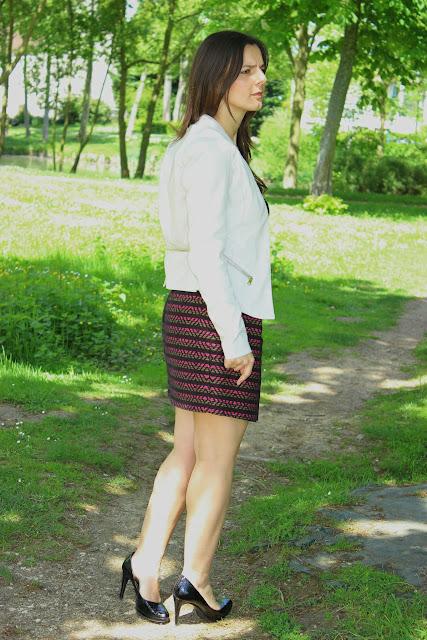 veste simili cuir river island, jupe bariolée comptoir des cotonniers, chaussures minelli