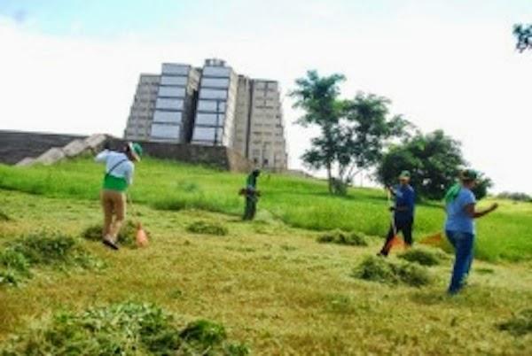 La Dirección General de Embellecimiento realizó un amplio operativo de Limpieza y reacondicionamiento en el entorno del Histórico Faro a Colón.