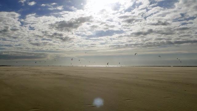 landschap strand wolken kitesurfers Zeeland