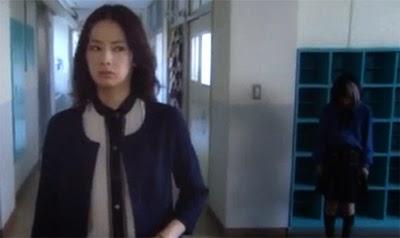 Kitagawa Keiko 北川景子 (きたがわ けいこ) as Mutoi Ayami notices Kimura Manatsu 木村真那月 (きむら まなつ) as Koto Yuiko, staring at her in the hallway.