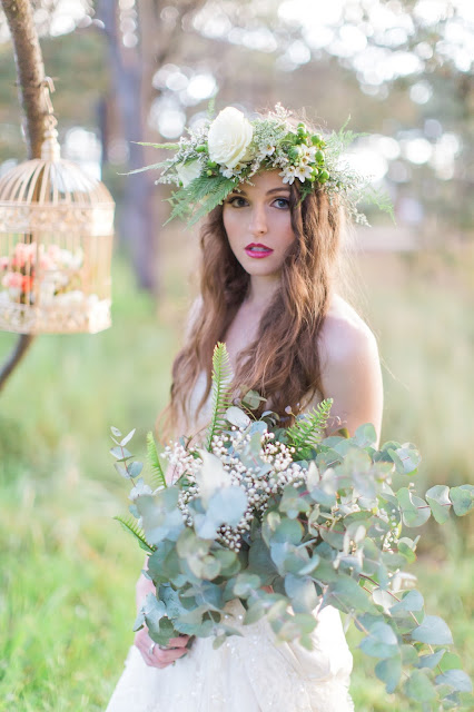 Wedding inspiration - Bridal photoshoot with floral crown, bold lip and vintage style - fairytale forest wedding