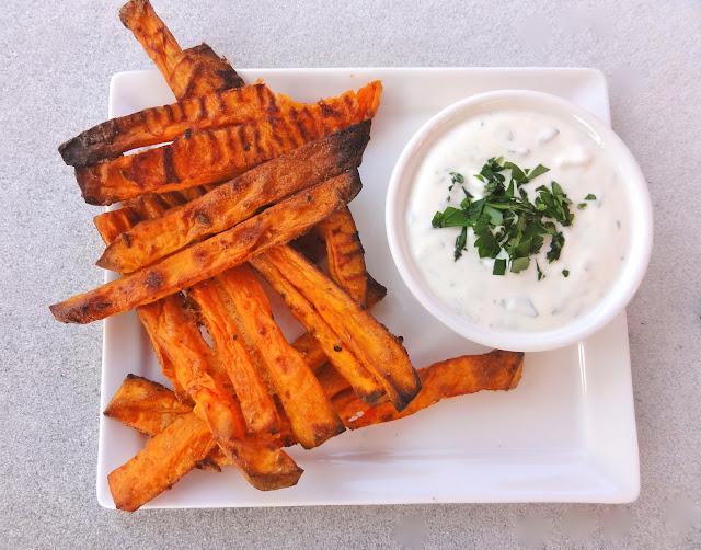 delicious picks sweet potato fries s sskartoffel pommes mit gew rzen und sauerrahm dip snack. Black Bedroom Furniture Sets. Home Design Ideas