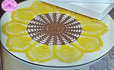 Caminhos de mesa em crochê com flores e gráficos.