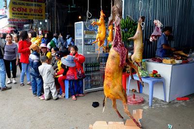 Dù có lệnh cấm nhưng các nhà hàng, quán ăn ở chùa Hương vẫn bày bán đủ các loại thịt động vật
