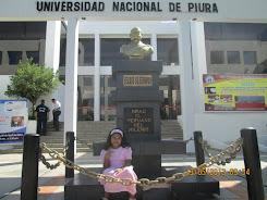 Mabel en el frontis del rectorado de la Universidad Nacional de Piura.