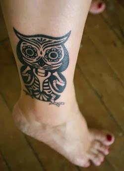 Tatuagens de coruja estilo maori na perna