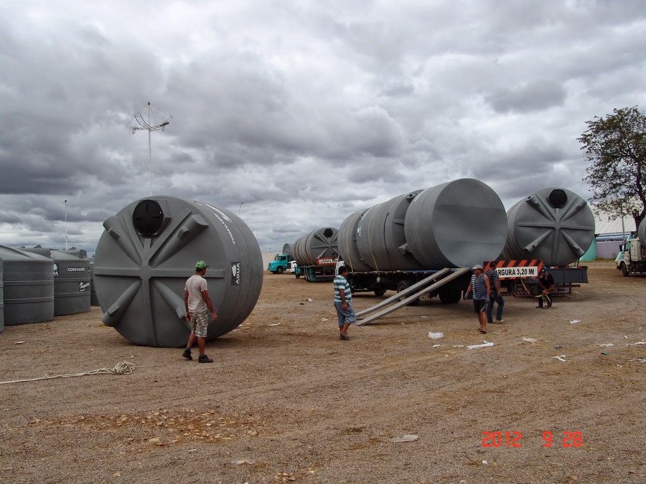 As cisternas de plástico chegando no Sertão