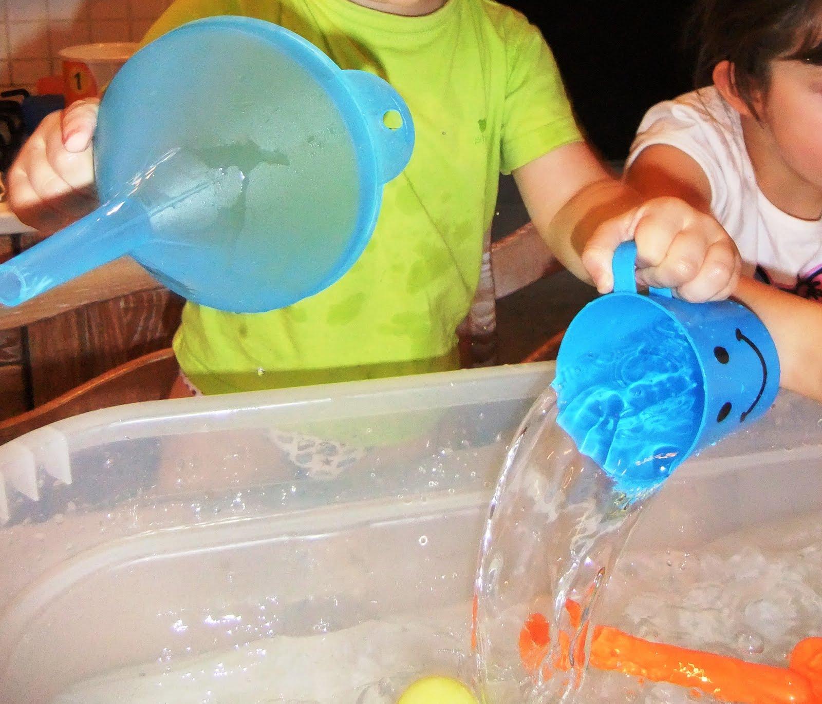 Studiamando liberamente: Giochi con l'acqua: travasi e galleggiamenti