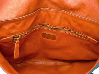 Bolso marrón envejecido de Prada estilo sobre, interior