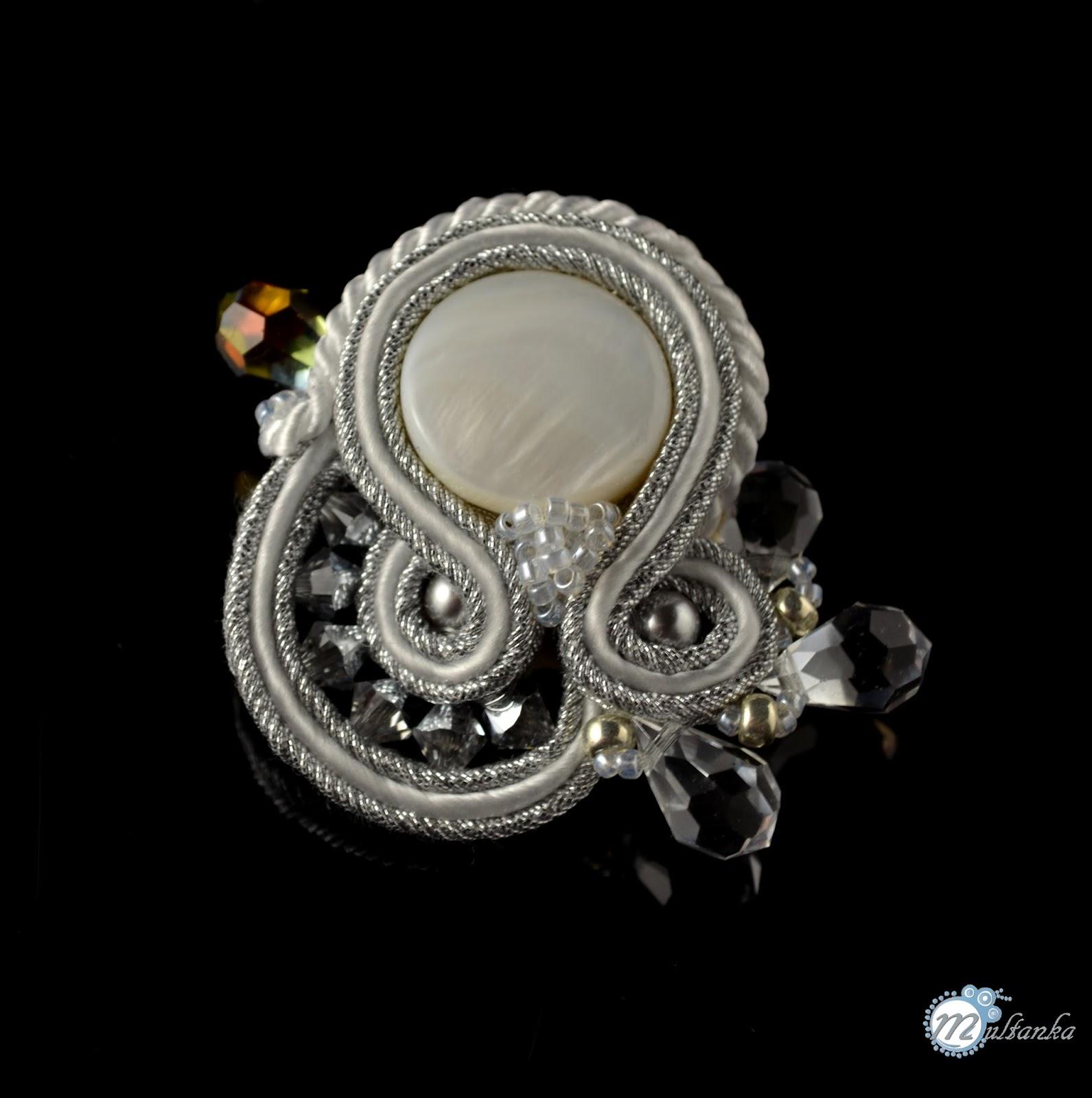 biało-srebrna sutaszowa broszka. wykonanie - multanka.