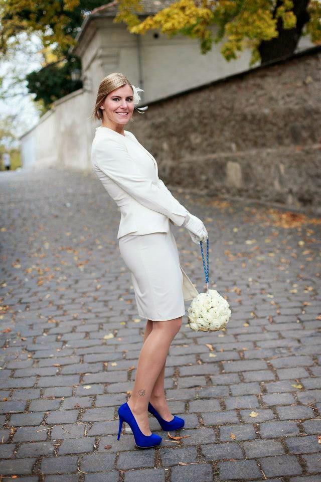 Ágota esküvője napján, elegáns menyasszonyi ruhájában, fantasztikus királykék kiegészítőkkel