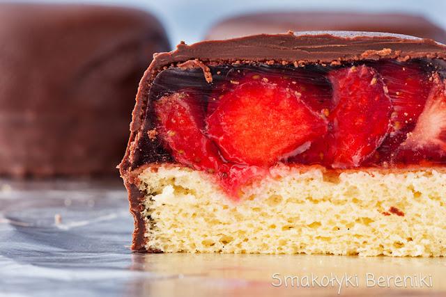 Biszkopty z galaretką w czekoladzie z formy na muffiny