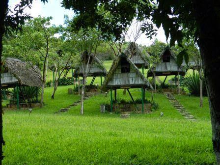 Cabañas rústicas tipo barbacoa para reservar y pernoctar en medio de las lomas en Las Terrazas, Cuba