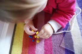 jeux d 39 enfants activit enfant enfiler des perles. Black Bedroom Furniture Sets. Home Design Ideas