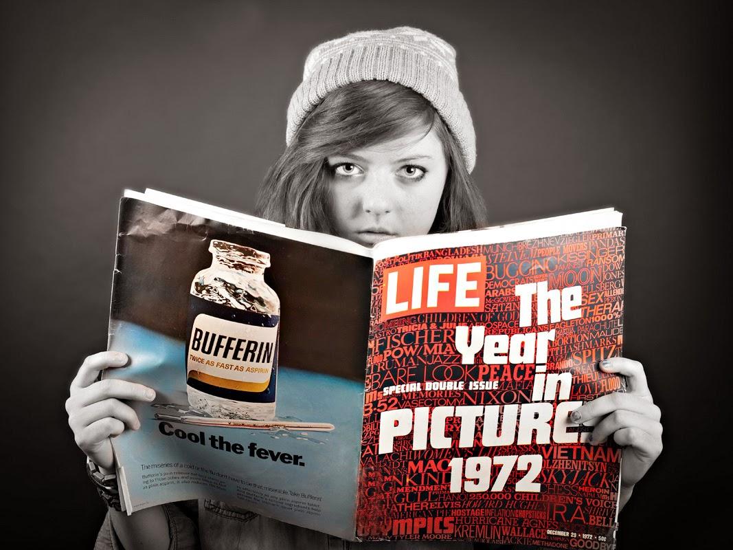 joven leyendo revista