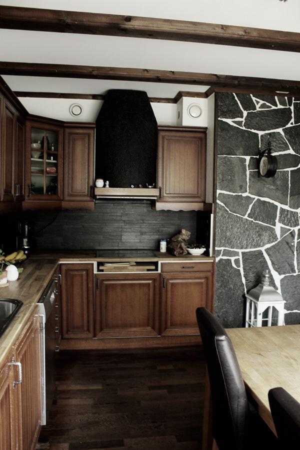 stenvägg i köket, kök med ekluckor, ekskåp i köket, mörkbrun parkett i köket, parkett pangapanga,