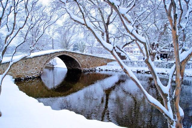 Η βυζαντινή γέφυρα στο Κιουπρί χιονισμένη