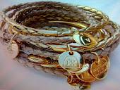 pulseira varios cordoes de couro e berloques