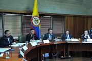 Què tal la falta de estética: la bandera puesta sobre una mesa cubierta de . bandera de colombia