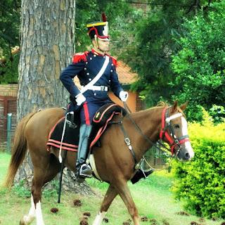 Troca da guarda, a cavalo, em Yapeyú, Argentina.