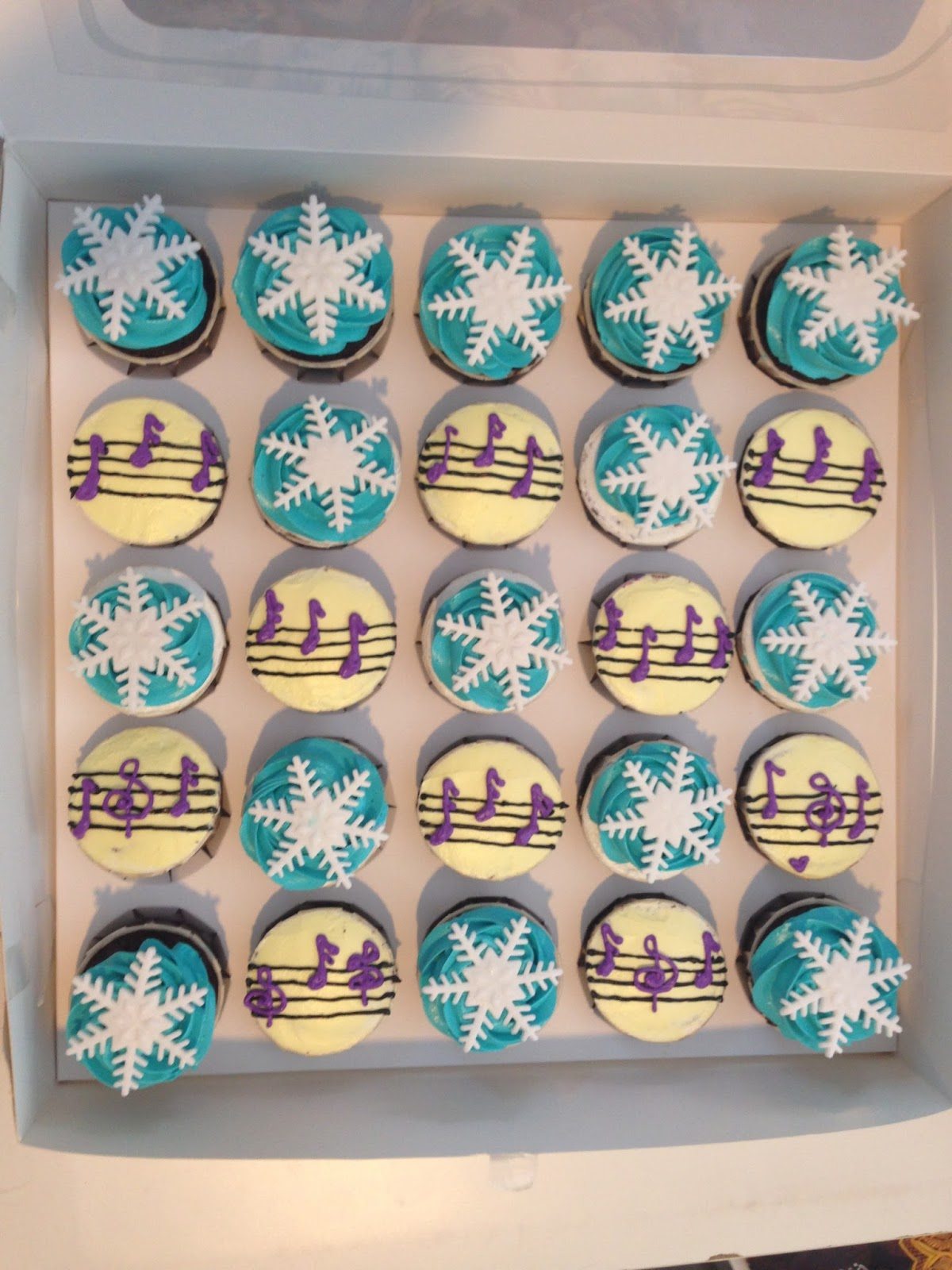 ninie cakes house muzic note and frozen theme cupcakes