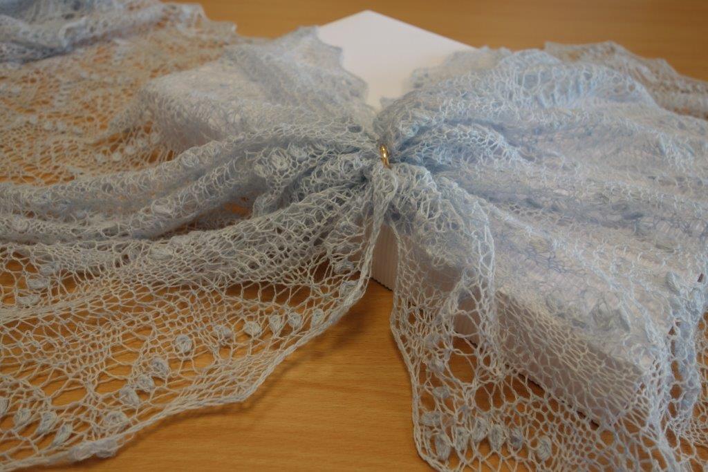 TE KOOP: blauwe Haapsalu weddingring shawl.