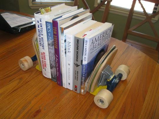 ماسك الكتب مصنوع من لوح التزلج