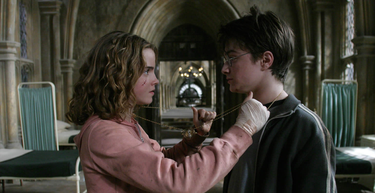Harry and Hermione caress each other affectionately in Harry Potter and the Prisoner of Azkaban movieloversreviews.blogspot.com