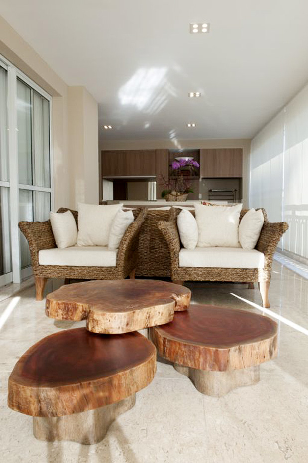 decoracao de interiores em casas de madeira:de interiores! Sofás de vime, cores neutras, mesa de centro de