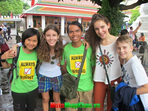 Chụp ảnh lưu niệm cùng các bạn Mỹ khi đến Thái Lan.