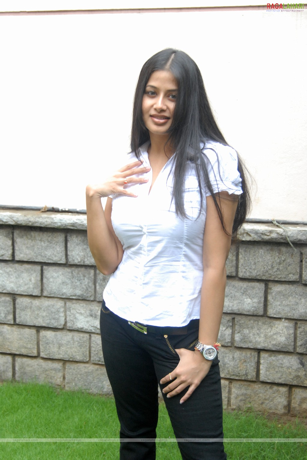 Actress Sangeetha Hot Tight Tops Photos