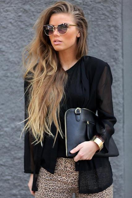 roupa preta e calças leopardo