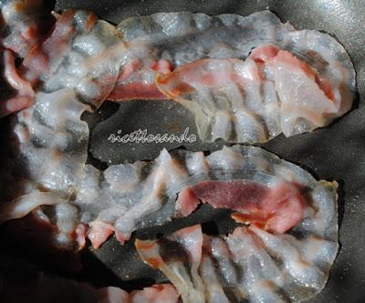 Uova al bacon prepariamo la pancetta