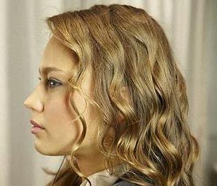 suelta las trenzas y tendremos unas ondas muy suaves y bonitas en el cabello