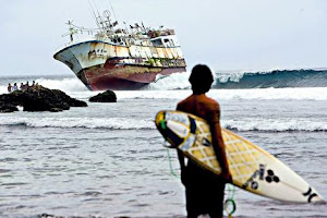 פדאנג-פדאנג עם הספינה המפורסמת שתקועה בריף....