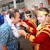 Pasangan SARO Terharu Saat Disambut Ratusan Masyarakat di Bandara Binaka
