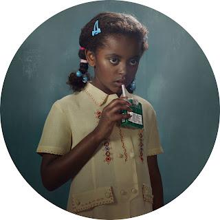 Frieke Janssen, Smoking Kids - Sort pige tager cigaret fra pakken