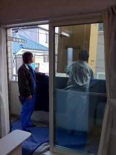 クレーン車で2階から冷蔵庫の搬入開始