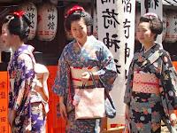 岡とめさんの駒子さん(中)雛祐さん(右)。
