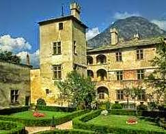 File:Il castello di Issogne  Val d'Aosta fotografia dei giardini