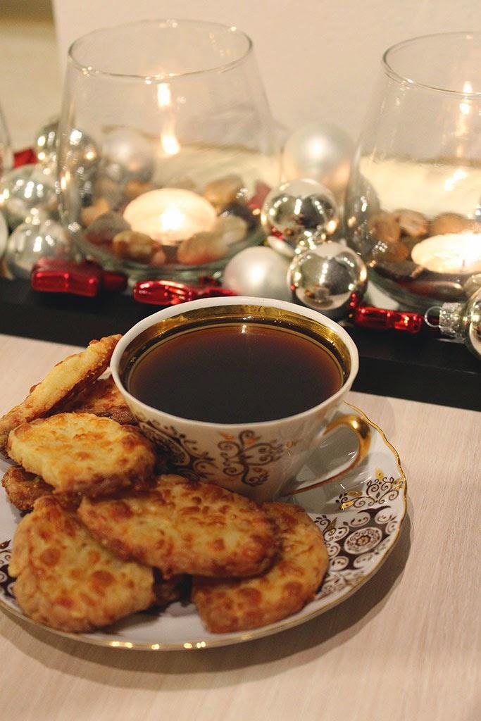 декор подсвечника к новому году, фото кофе и печенья, ч/б фотографии
