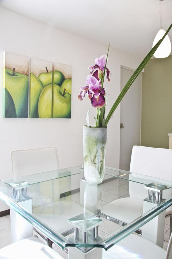 Decoraci n minimalista y contempor nea muebles con for Comedores pequenos de vidrio